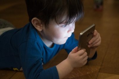 child and smartphone